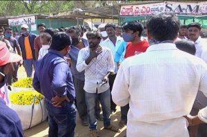 Coronavirus guidelines vigilant farmers merchants angry at flower market in chikkaballapur 33