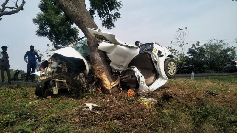 car rams in to tree near harti gadag 3 persons on way to last rites of relatives died on spot (1)